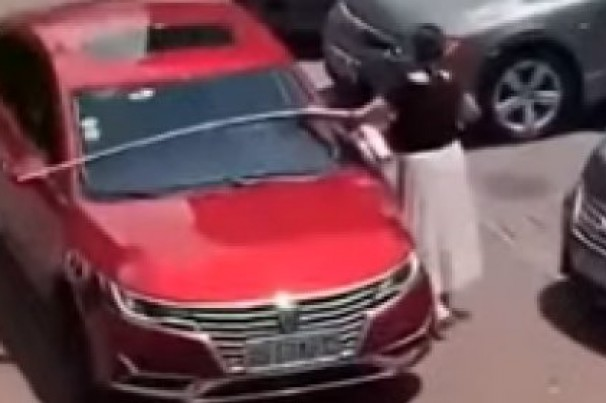 Motorista usa trena para saber se carro cabe em vaga