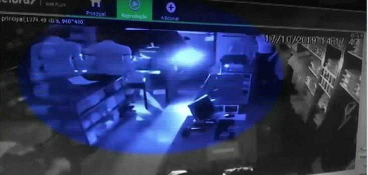 Grupo é preso suspeito de arrombar loja com carro em marcha ré
