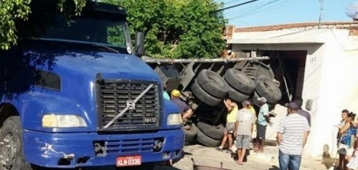 Carreta desgovernada invade residência no Sertão da Paraíba