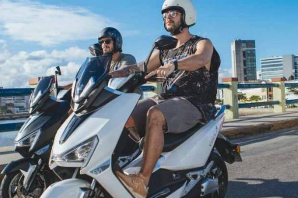 Moto elétrica desenvolvida por empresa pernambucana roda 60 km gastando R$ 1