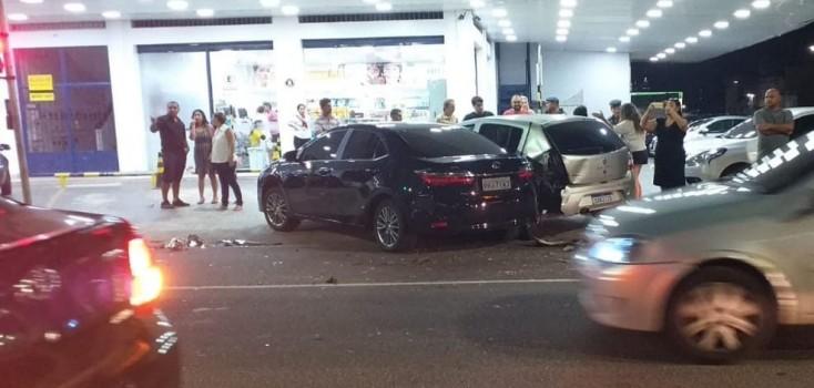 Motorista sofre acidente e tem celular roubado enquanto recebe socorro
