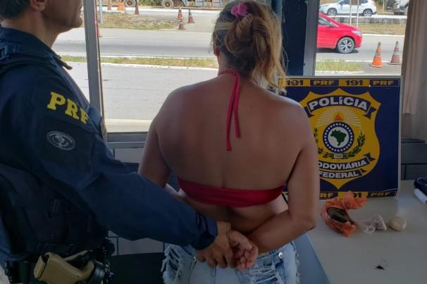 PRF prende mulher com substâncias análogas à maconha e crack em Mamanguape