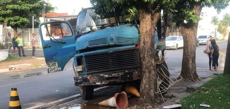 Motorista de caminhão sem placas causa dois acidentes em uma semana e é liberado