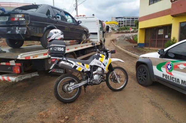 Homem destrói seu veículo a marretadas após ser apreendido com mais de 39 mil reais em multas