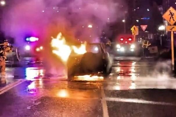Homem salva motorista de carro em chamas e recebe homenagem por 'incrível bravura'