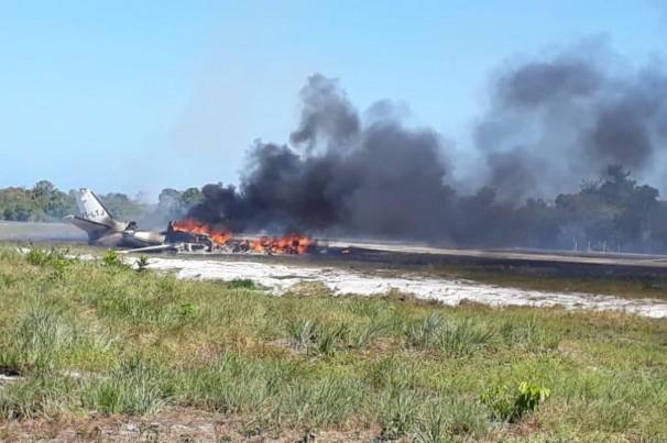 Aeronave cai durante pouso em pista de resort e pega fogo
