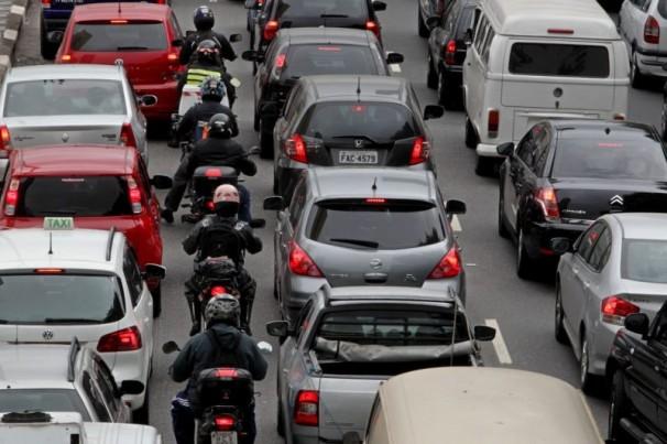 Ultrapassagem de motociclistas pela direita é permitido?