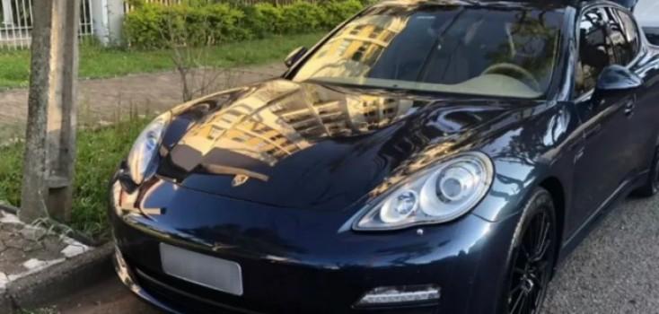 Bandidos roubam carro de luxo de estacionamento rotativo