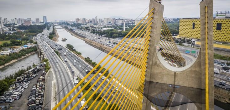 Mineirinho faz manobras de skate a 30 metros de altura em ponte de São Paulo