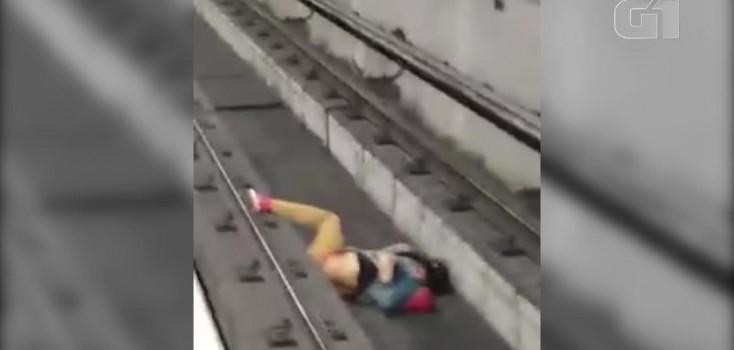 Vídeo:homem cai nos trilhos do metrô e maquinista consegue parar o trem a tempo