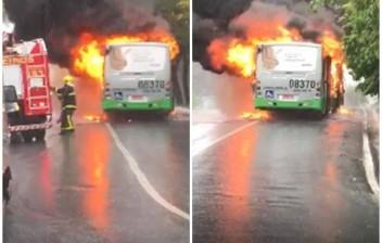 Ônibus pega fogo e quase mata motorista e passageiros carbonizados