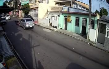 Vídeo chocante mostra momento em que assaltantes são atropelados e arrastados pelo carro da vítima