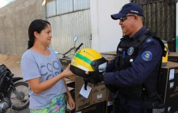Prefeitura distribui mil capacetes para motociclistas de distritos do Município