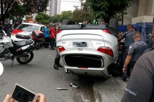 Homens roubam residência, tentam atropelar policial e capotam carro durante fuga