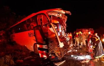Colisão entre ônibus e carreta deixa 6 mortos e 26 feridos