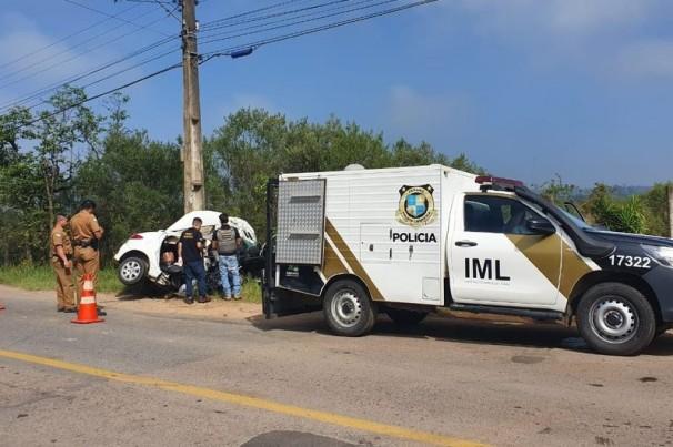 Uma pessoa morre após carro bater contra poste, em São José dos Pinhais