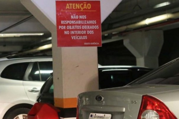 Lei proíbe estacionamentos de exibirem cartazes que eximem donos de culpa por furtos