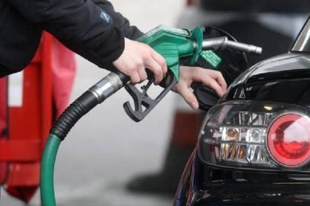 Motivo de disputa entre Bolsonaro e governadores, preço de combustível cai lentamente nas bombas