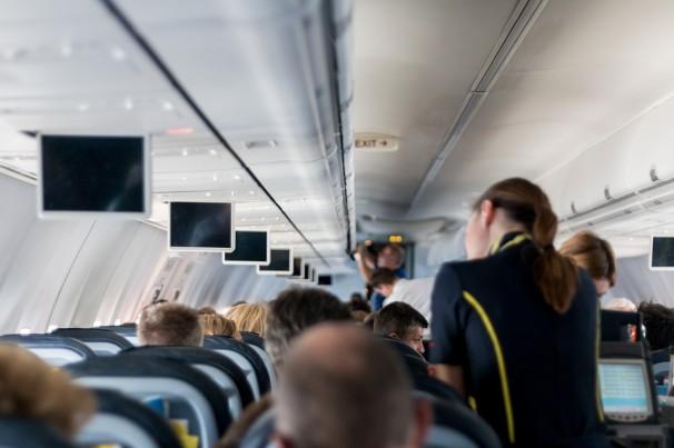 Passageira da Azul que precisou dar nó em cinto de segurança de avião será indenizada