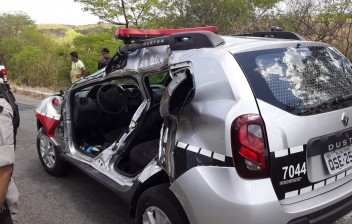 Policiais ficam feridos após viatura colidir com caminhão-pipa