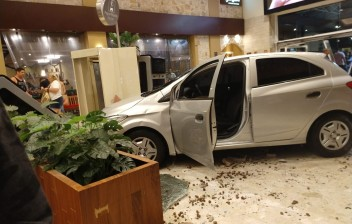 Carro invade shopping após motorista perder controle do veículo