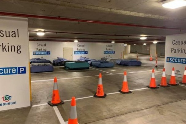 Voluntários convertem estacionamento em espaço para sem-teto dormirem todas as noites