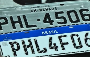 Placa do Mercosul não será exigida em caso de troca de município, diz Bolsonaro