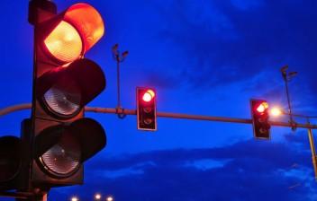 Lei permite avanço no sinal vermelho durante a madrugada