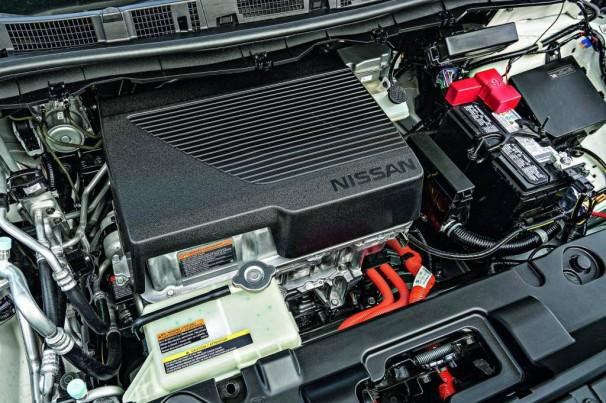 Por que carros elétricos também têm baterias de 12V?