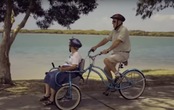 Bicicleta adaptada permite passeio com cadeirantes