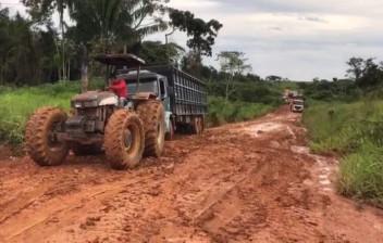 30 Caminhoneiros parados com atoleiro em MT-208