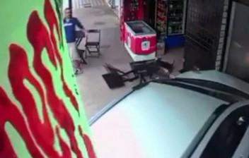 Câmera flagra momento em que idoso de 91 anos é atingido por carro desgovernado no DF