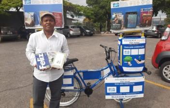 Cobrador de ônibus apaixonado por livros usa bicicleta para compartilhar obras nos terminais de transporte