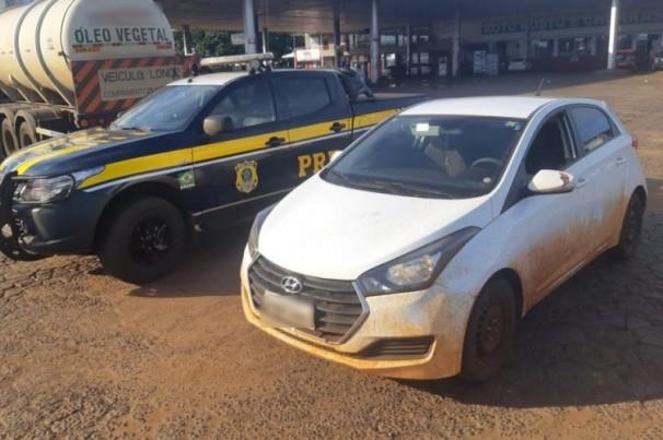PRF prende motorista deficiente dirigindo carro roubado, sem adaptação adequada e sem CNH