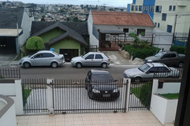 É permitido fazer manobras de retorno na entrada ou saída de garagem?