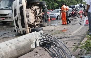 Mais de 2 mil postes foram quebrados em acidentes de trânsito no Maranhão