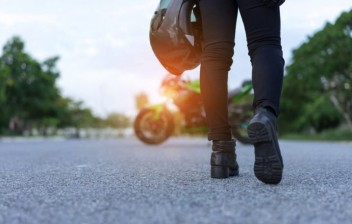 Quais são os sapatos mais indicados para andar de moto?