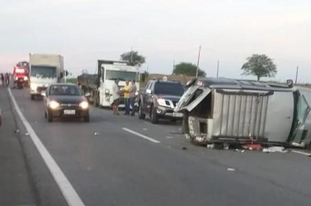 Acidente envolvendo quatro veículos e um animal deixa um morto e quatro feridos em rodovia