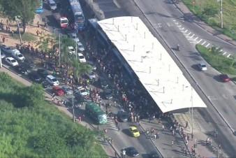 Passageiros fazem protesto e bloqueiam sistema BRT, na Zona Oeste do Rio