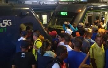 Colisão entre dois trens do Metrô do Recife deixa feridos e paralisa Linha Centro
