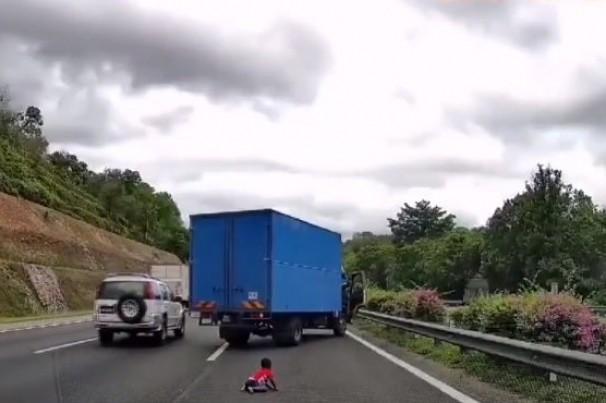 Vídeo: Criança é arremessada de carro em alta velocidade