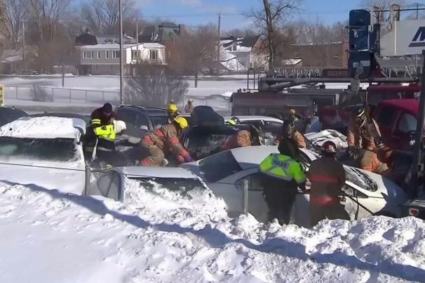 Engavetamento com mais de 200 carros deixa 2 mortos no Canadá