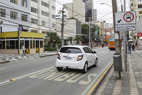 Saiba como fazer a conversão em ruas com faixas exclusivas para ônibus