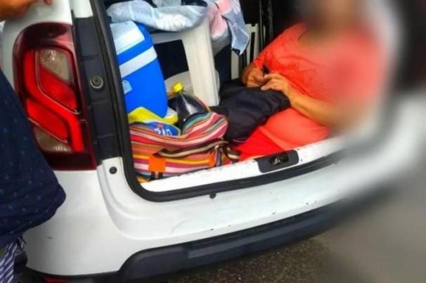 Família é flagrada carregando a sogra no porta-malas do carro na SC-401