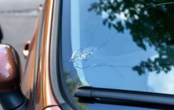 Para-brisa trincado: valor da multa, causas e reparo