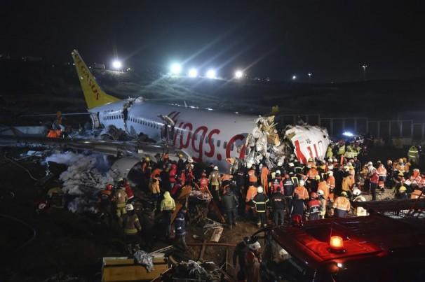 Avião sai da pista e fuselagem se parte em aeroporto na Turquia