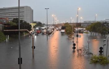 São Paulo: Rodízio de carros e caminhões é suspenso em manhã de chuva e alagamentos