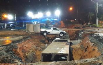 Chuva arrasta sinalização de obra e carro cai em buraco em Taubaté, SP