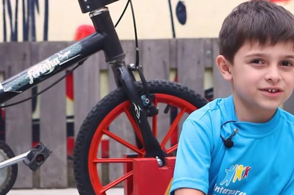 Criança inventa 'bicimáquina' para andar de bike sem rodinha e não cair