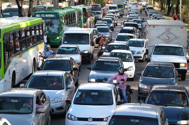 Volta às aulas injeta 250 mil carros nas vias do Recife
